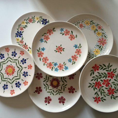 Piatti in ceramica colori e fantasie